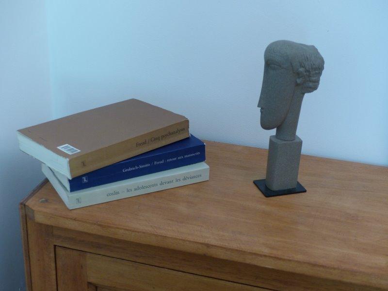 Quelques livres sur la commode